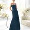 Vestido ceñido strapless color marino para damas de boda