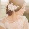 Tocado de novia con flores blancas.