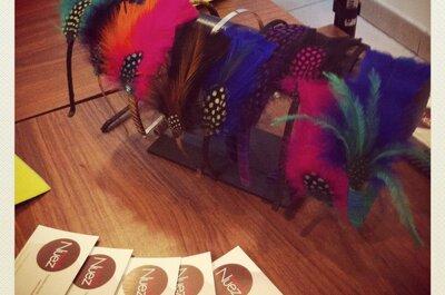 Tocados con plumas de colores para una boda en verano