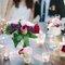 Ejemplo de mesa de boda adornada con velitas y flores.