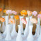 Una disposición curiosa de las flores en la mesa.