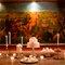 Mesa de tarta decorada con candelabros.