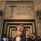 Beso con la iglesia imponente de fondo