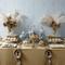 Decoración para mesa de postres estilo antiguo en colores azul, dorado y plata con plumas y decoraciones vintage