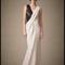Vestido de novia con silueta columna, falda con caída elegante, sin mangas y detalle textil en negro para Pre Fall 2014 - Foto Carolina Herrera