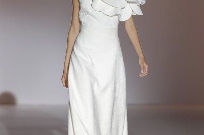 Costura a mano fantástica: Vestidos de novia primavera 2015 de Juana Martín