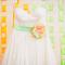 Vestido de novia con escote strapless y listón en colores neón