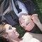 Os noivos olham nos olhos um do outro apaixonados.