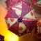 Paraguas en tonos fluo que decoran la boda. Foto: Patricia Figueira