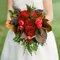 Bouquet con fiori rossi. Foto: Holly Chapple