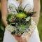 Ramos de novia con flores silvestres. Foto Stylemepretty