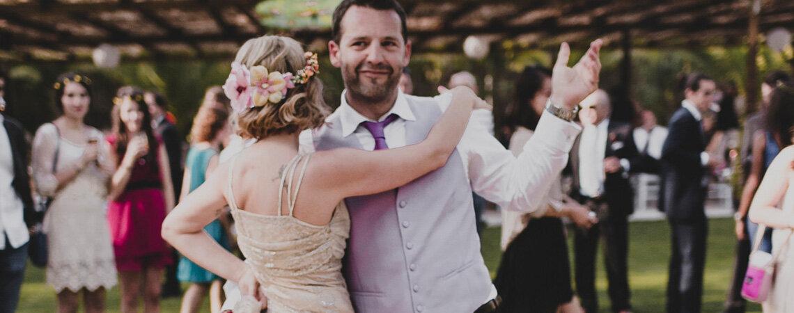 Cómo llevar tu vestido de novia durante el baile: ¡no es tan sencillo como parece!