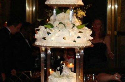 Decoración de la mesa para la torta de novios