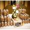 Hochzeitsdeko mit Gläsern und Vasen. Foto: George Street Photo Video