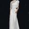Vestido de novia 2013 con escote asimétrico y silueta ceñida con chal de transparencias a juego