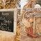 Pizarras y carteles de madera para señalizar tu boda. Foto: Sweet Little Photographs