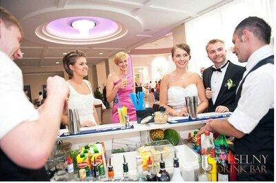 5 powodów, dla których warto mieć barmana na swoim weselu.