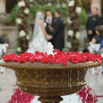 Scatter your love: Petals for your wedding decor