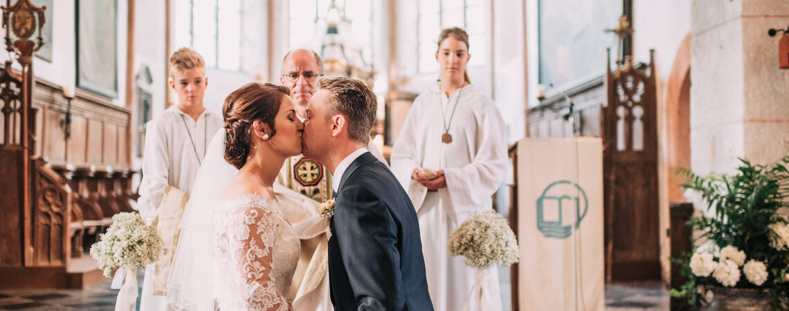 Der Hochzeitskuss in der Kirche – Sie dürfen die Braut jetzt küssen!