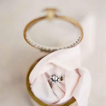 Aposte num anel de noivado vintage. Preciosas jóias de época!