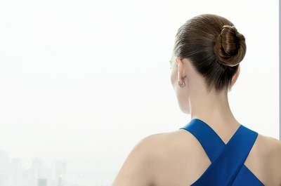 Utiliza un peinado con moño bajo para estilizar tu figura