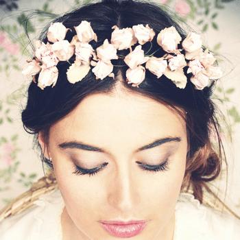 Flores naturales y frescura para tu tocado de novia