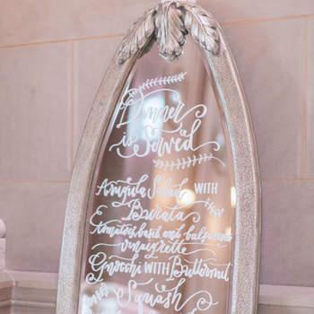 Geef een speciaal tintje aan je bruiloft door spiegels als decoratie te gebruiken!