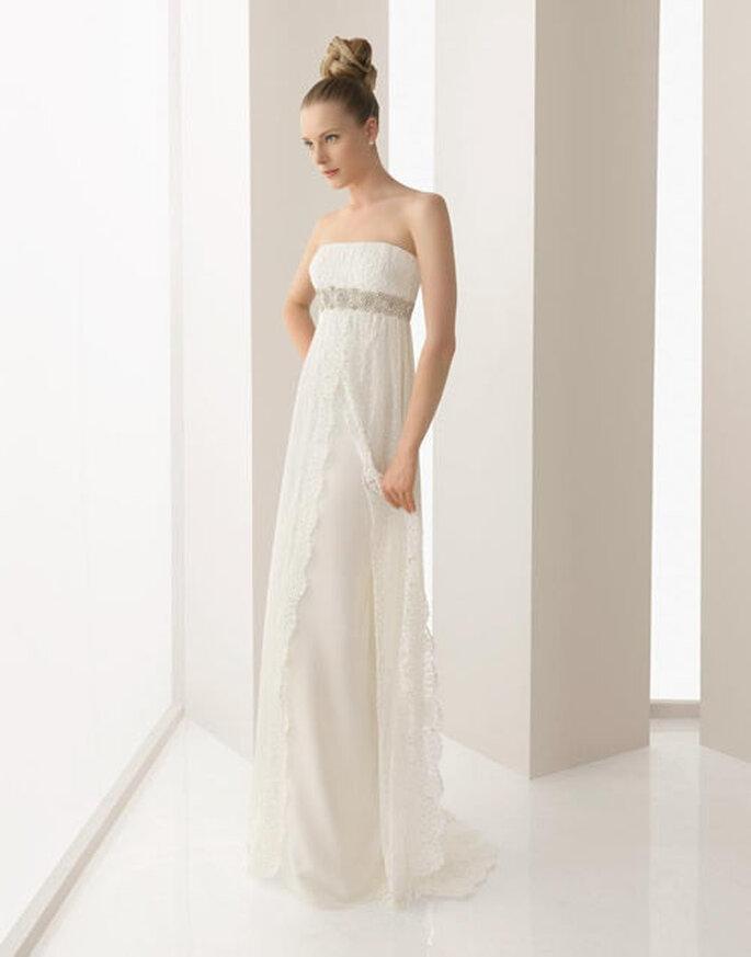 Vestido de novia sencillo de escote strapless para boda civil o segundas nupcias - Foto Rosa Clará