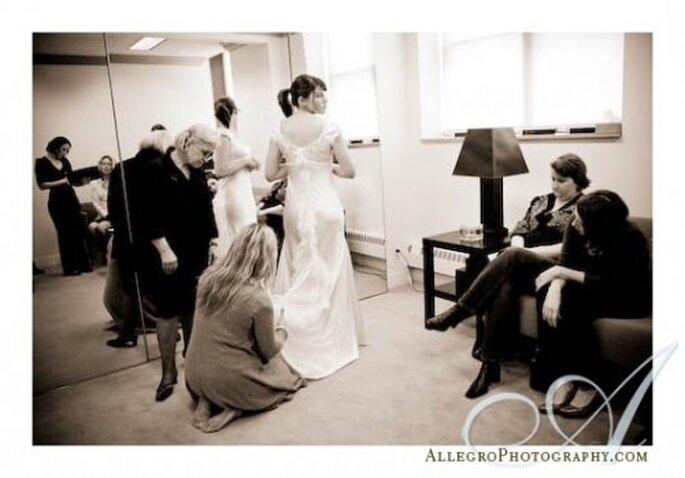 Pide a tus amigas, mamá o suegra que te acompañen a la prueba del vestido - Foto Allegro Photography