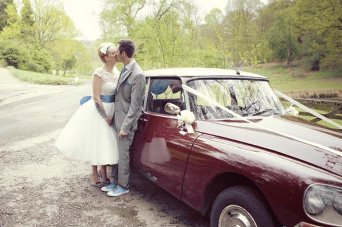 Usa un coche de época para la decoración de boda estilo vintage - Foto Cotton Candy Weddings