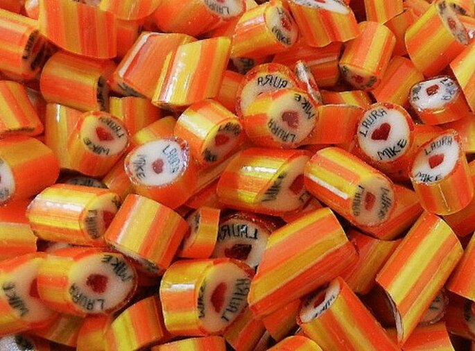 Bonbons mit Namen des Brautpaares – Foto: snoepjes via facebook