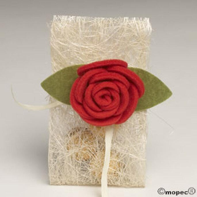 Bolsita con detalle de flor y bombones dentro