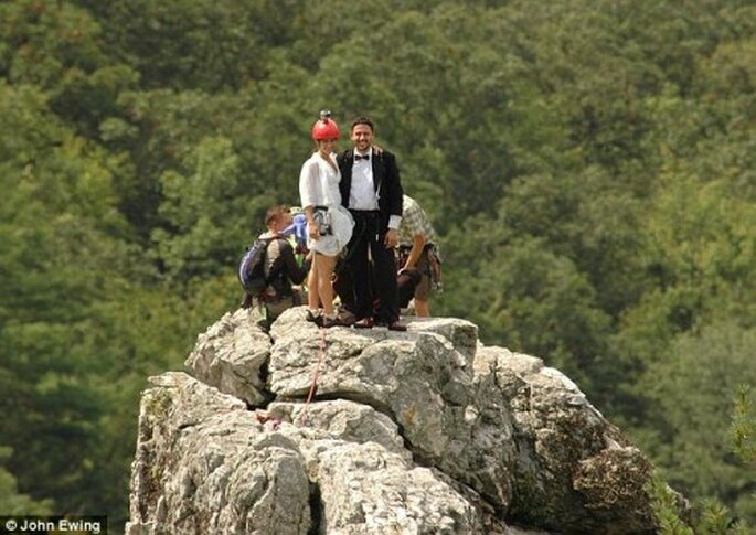 Sposarsi in cima a una montagna rocciosa. Foto: John Ewing