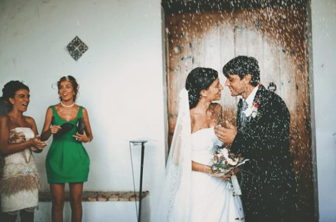 Das Brautpaar wird mit Reis beworfen. Foto: Fran attitudefotografia.com
