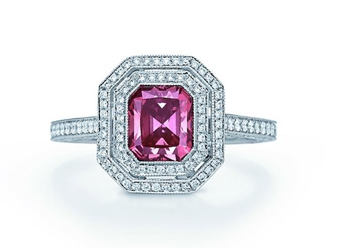 Anillo de compromiso con piedra en color rosa intenso y cubiero con diamantes claros - Foto Tiffany