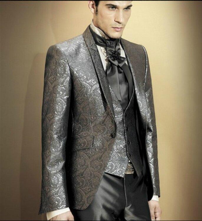 Cravatta preziosa abbinata all'abito in stile broccato grigio e argento. Carlo Pignatelli Cerimonia. Foto: www.carlopignatellicerimonia.com