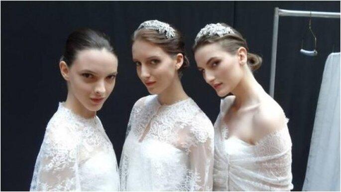Diademas con aplicaciones de pedrería para novias - Foto Monique Lhuillier