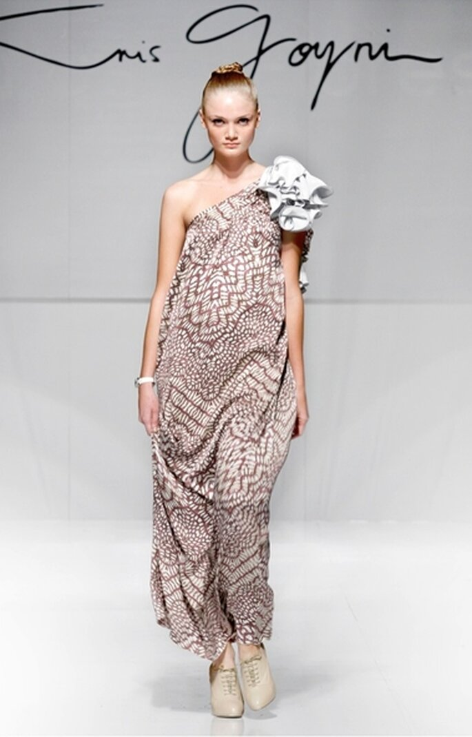 Vestido de fiesta largo a un hombro en satín de seda estampado a tonalidades uva con detalle floral color mármol