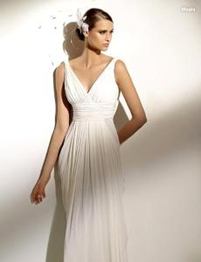 Pronovias 2010 - Magia, vestido largo en gaza drapeada, corte imperio, escote en V, línea griega