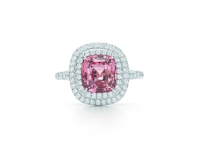 Anillo de compromiso con diamante en color rosa rodeado de diamantes claros - Foto Tiffany