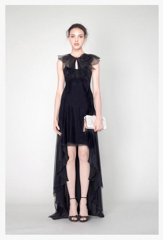 Vestido de fiesta 2014 en color negro con mangas cortas y tendencia high-low en la falda - Foto Marchesa