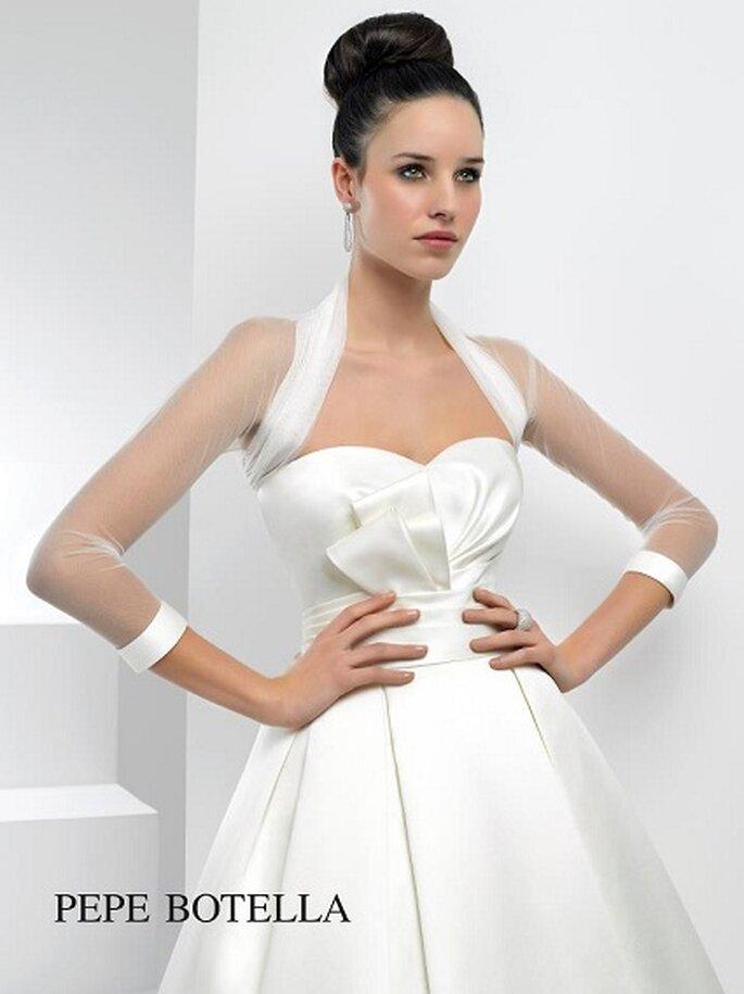 Auch schlichte Brautkleider trumpfen mit dem gewissen Etwas – Foto:  Pepe Botella