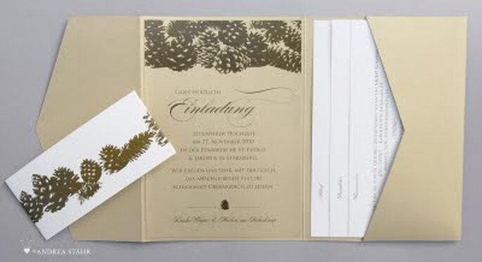 Winterliche Hochzeitseinladung mit Tannenzapfen von Andrea Stähr Design.