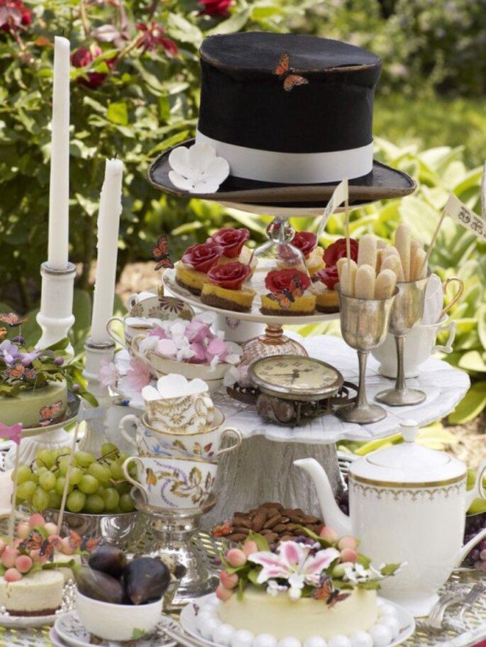 Decoración para boda con relojes, tazas de té y sombreros. Imagen BHLDN
