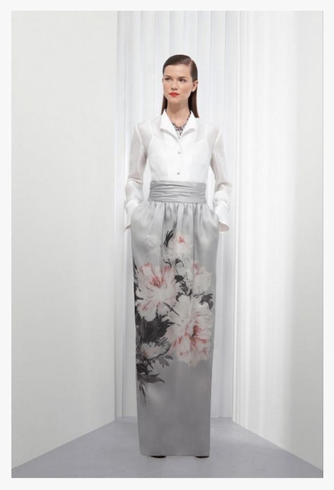 Falda larga en color gris con estampado de flores y camisa blanca a juego - Foto St. John