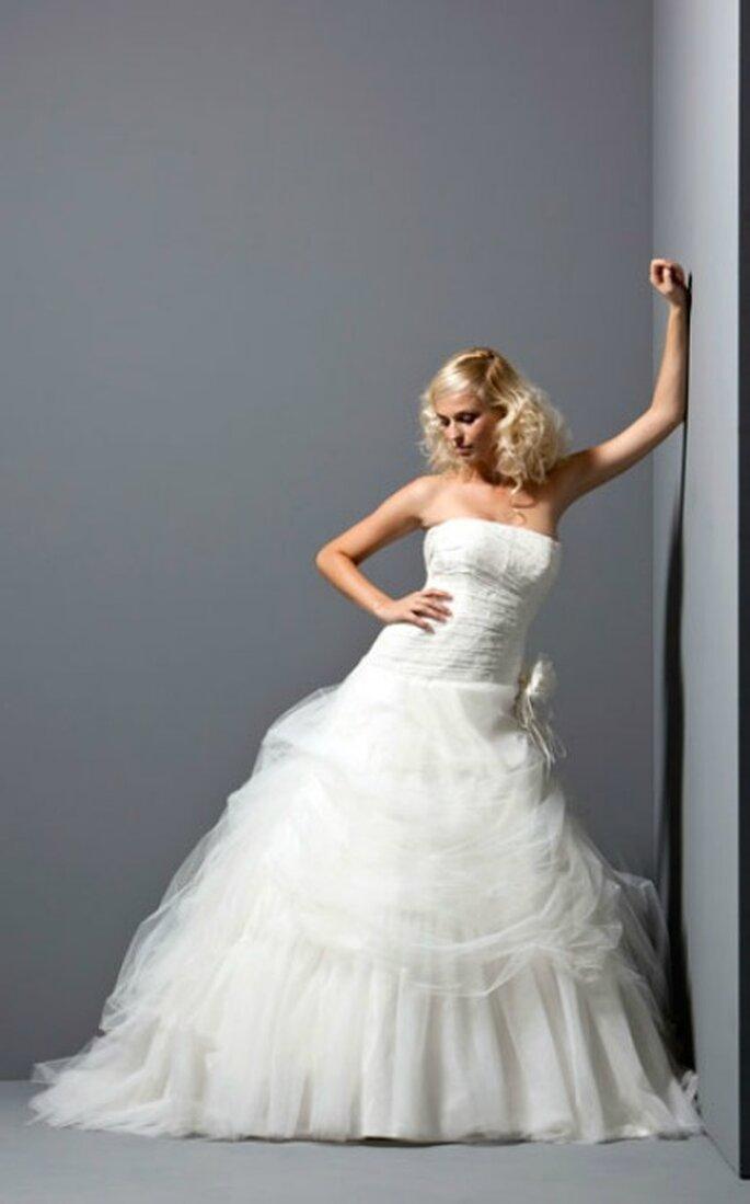 Vestido de novia con falda de tul y aplique floral. Fabio Gritti Spose