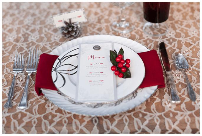 Decoración de mesas de boda inspirada en la Navidad con tintes rojos - Foto Theresa NeSmith Photography