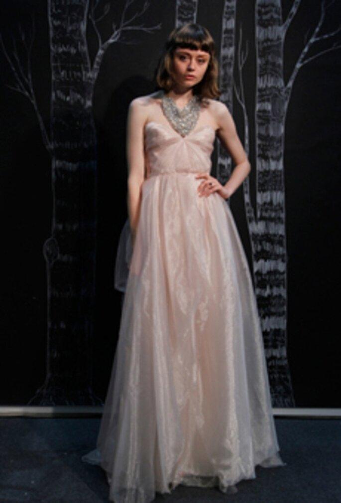 Robe de mariée simple et rose - Photo Sarah Seven 2013