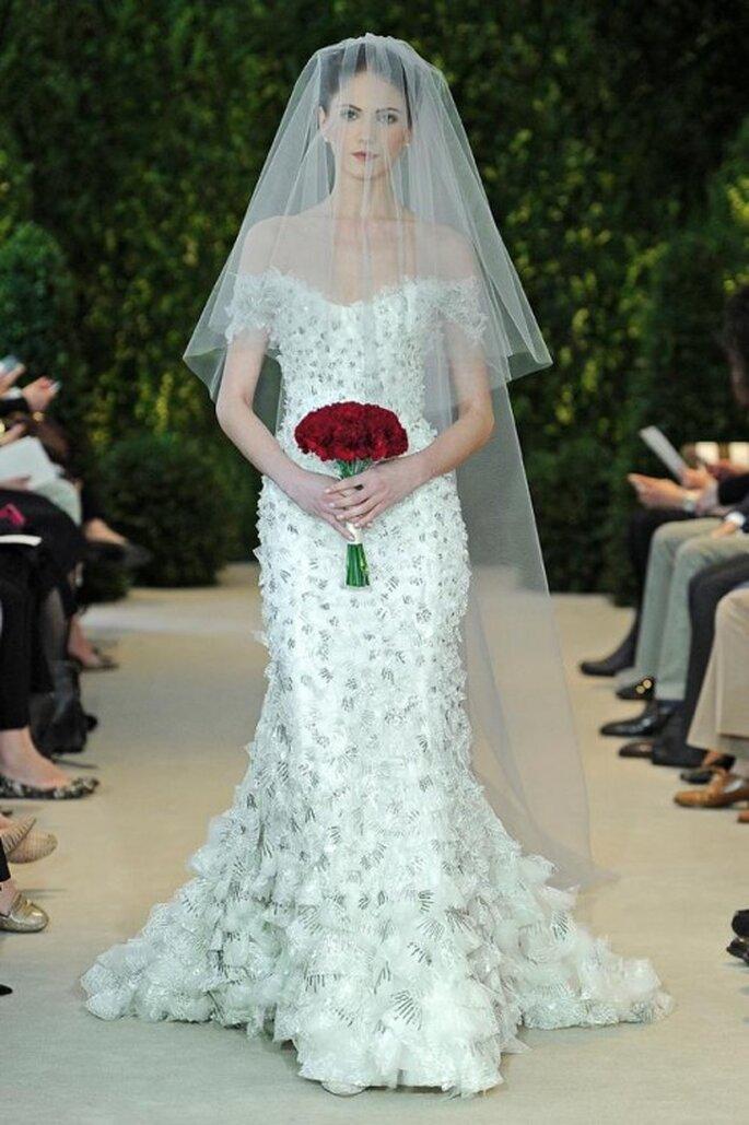 Vestido de novia con hombros descubiertos y bordados en relieve - Foto Carolina Herrera