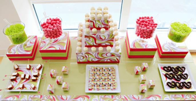 Decoración de mesa de postres para boda en colores brillantes - Foto Amy Atlas